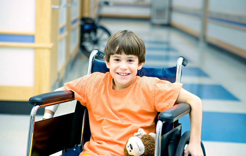 Little Boy in sedia a rotelle immagini stock