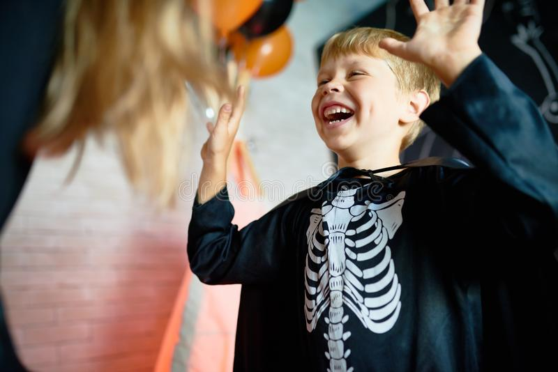 Little Boy in Skeletkostuum stock foto