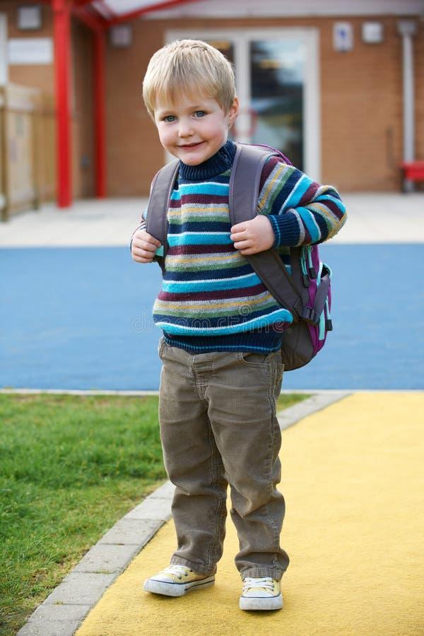 Little Boy som går till den bärande ryggsäcken för skola arkivbilder