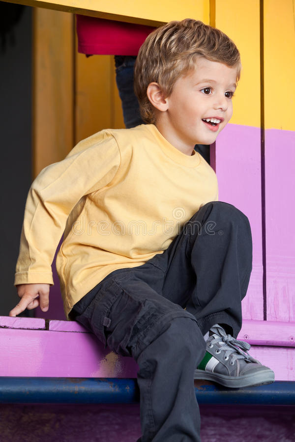 Little Boy som spelar på lekstugan arkivfoton