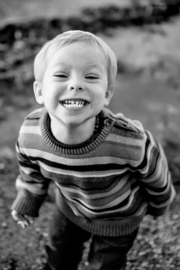 Little Boy sorrindo realmente grande imagens de stock royalty free