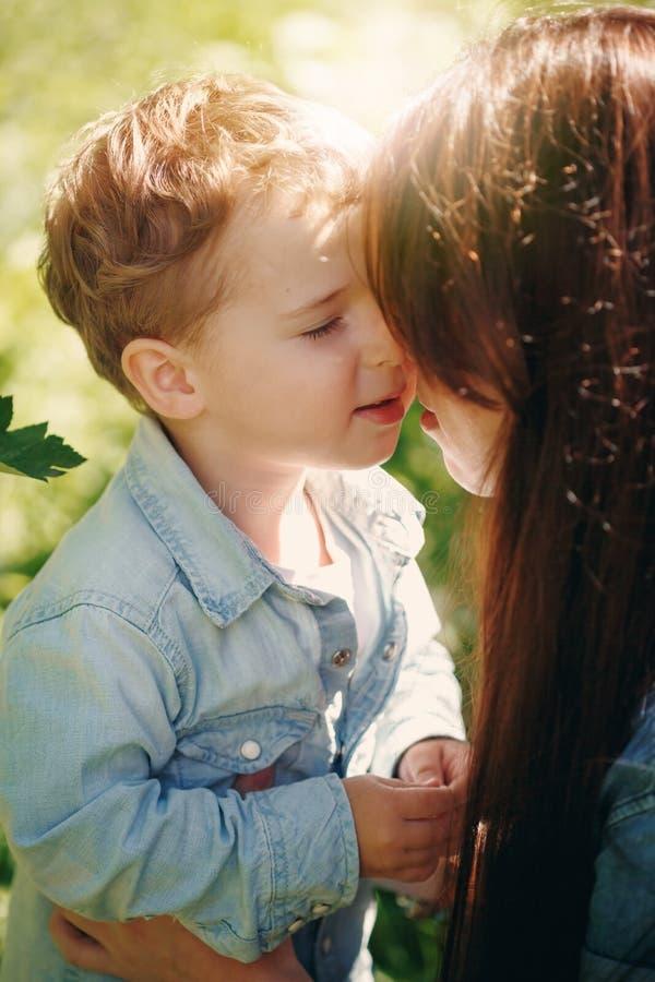 Little Boy sveglio felice con sua madre fotografia stock