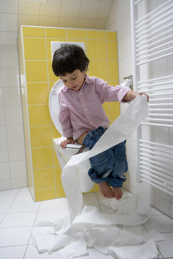 Little Boy tem muito divertimento com Toiletpaper imagens de stock