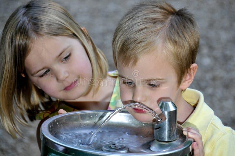 Little Boy-Trinkwasser lizenzfreies stockfoto