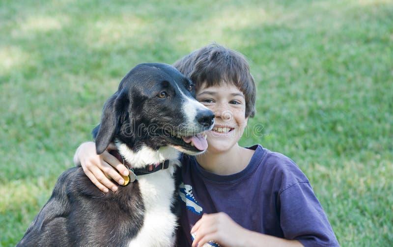 Little Boy und Hund stockbilder