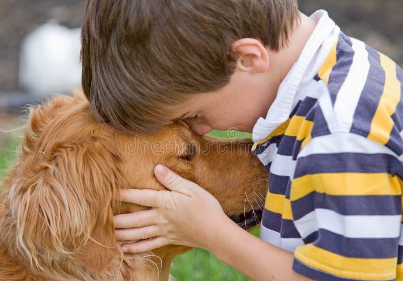 Little Boy und Hund lizenzfreie stockfotografie