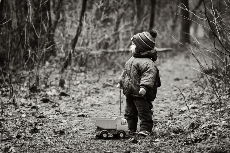 Little Boy verlor in einem Wald lizenzfreie stockfotos