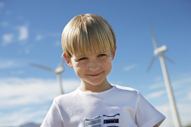 Little Boy Z silnikami wiatrowymi W tle fotografia stock