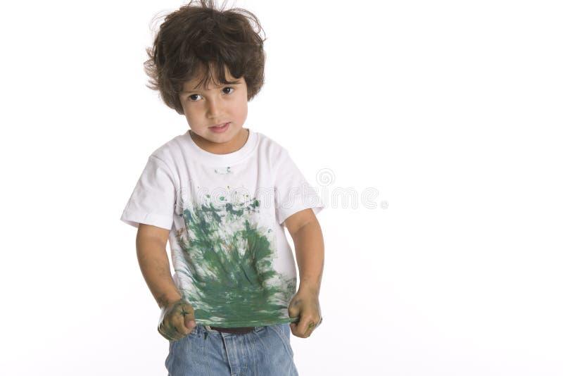 Little Boy zeigt sein Hemd voll des Lackes lizenzfreies stockfoto