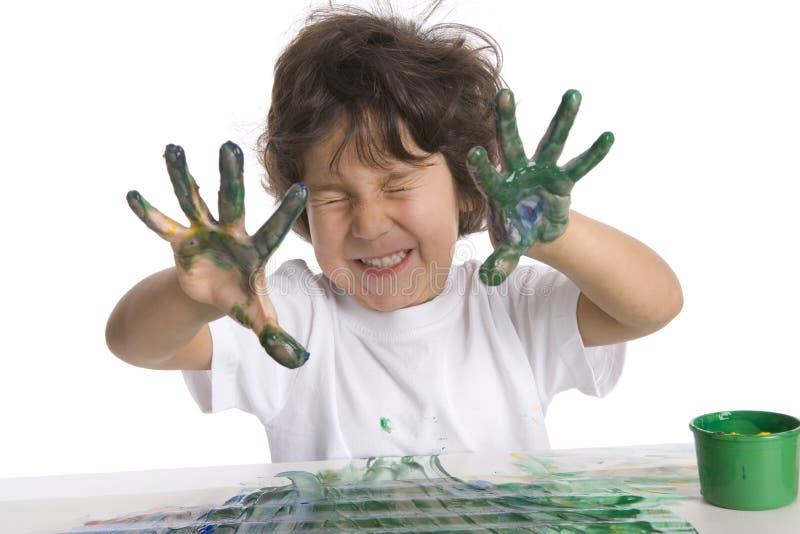 Little Boy zeigt seine sehr schmutzigen Finger mit lizenzfreie stockbilder