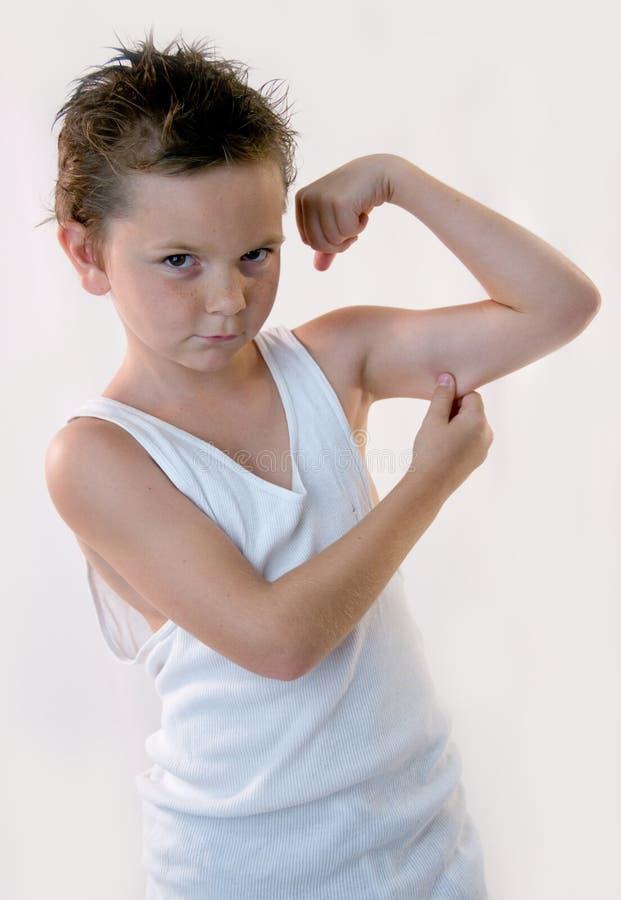 Little Boys Muskeln lizenzfreies stockbild