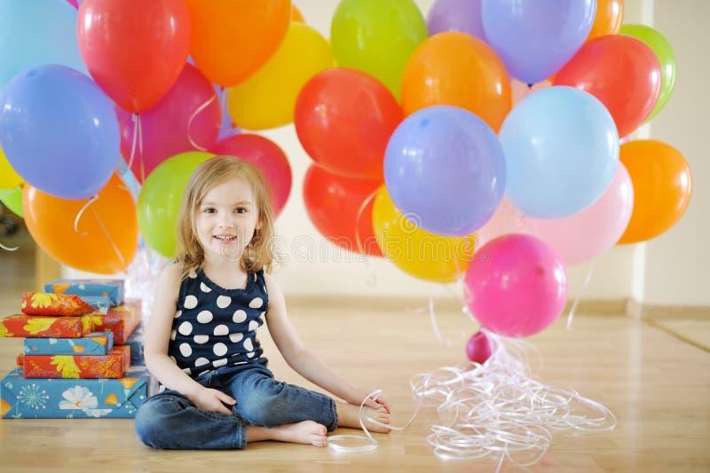 Little födelsedagflicka med tons av ballonger arkivfoton