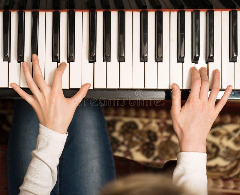 это видео как учили девушку играть на пианино азиат