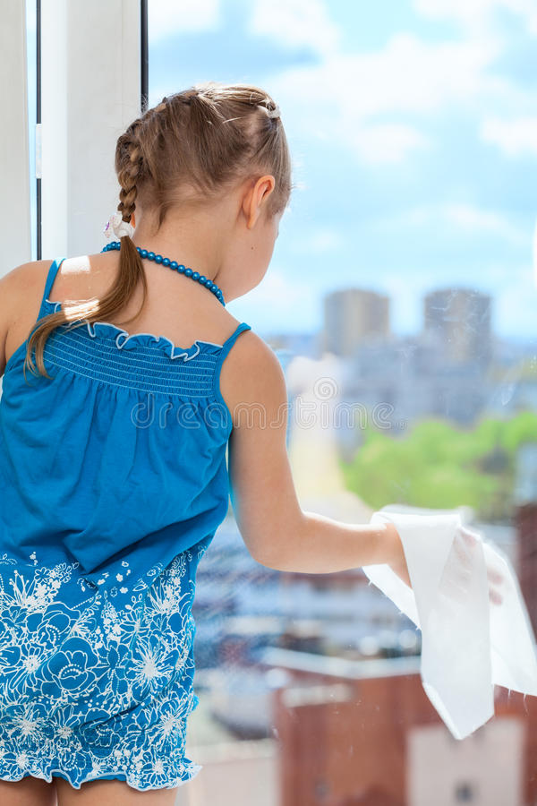 Free Little Girl Rubbing Glass With Cloth On Plastic Window Royalty Free Stock Photography - 41813167