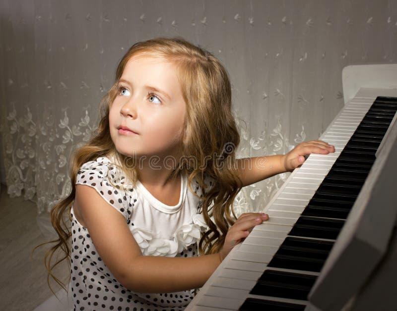 Little pianospelare arkivbilder
