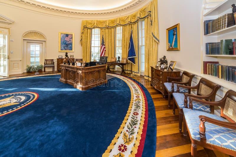 Little Rock, AR/USA - circa im Februar 2016: Replik des ovalen Büros des Weißen Hauses in Bill Clinton Presidential Center und in lizenzfreie stockfotos
