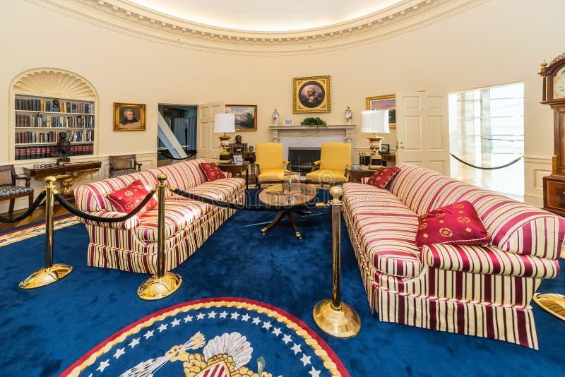 Little Rock, AR/USA - circa im Februar 2016: Replik des ovalen Büros des Weißen Hauses in Bill Clinton Presidential Center und in lizenzfreie stockfotografie