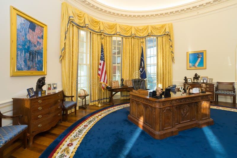 Little Rock, AR/USA - circa im Februar 2016: Replik des ovalen Büros des Weißen Hauses in Bill Clinton Presidential Center und in stockbilder