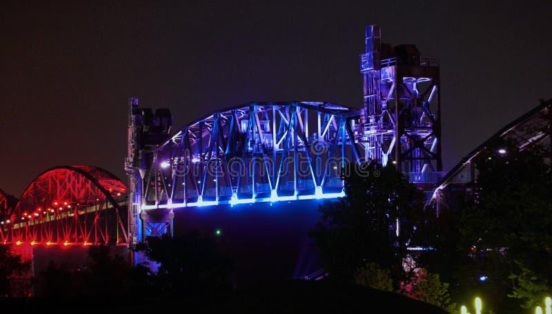 Little Rock--Noite da ponte da ilha da rocha imagem de stock