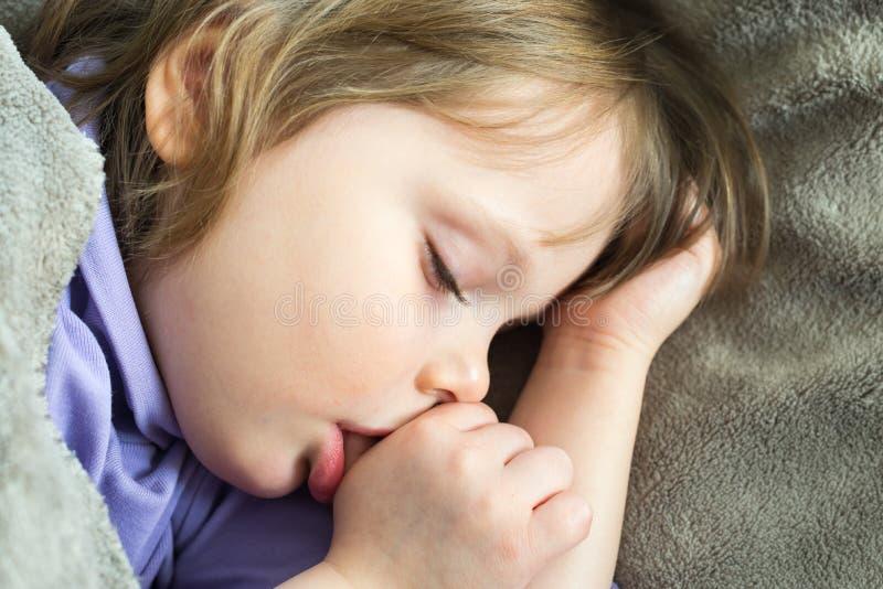 Little som är gullig, behandla som ett barn att sova 免版税库存照片