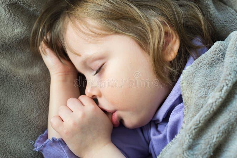 Little som är gullig, behandla som ett barn att sova 图库摄影
