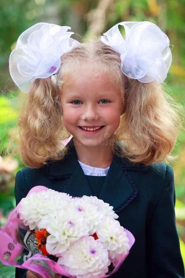 little trevlig ståendeschoolgirl fotografering för bildbyråer