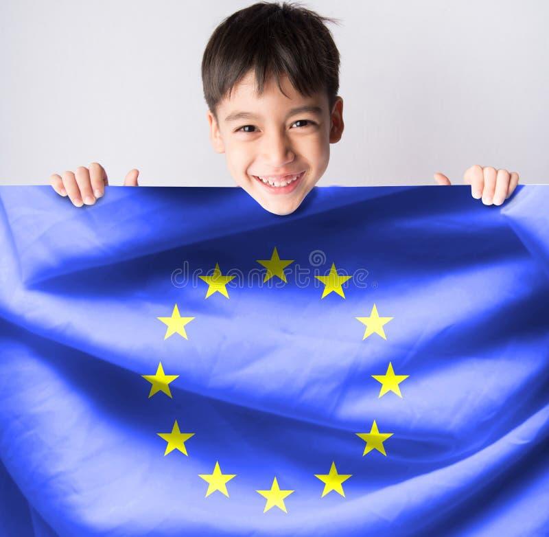 Littleboy bierze europejczyk flaga zdjęcie stock