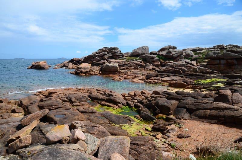 Littoral avec les roches roses bien connues, côte rose de granit en Bretagne photographie stock libre de droits