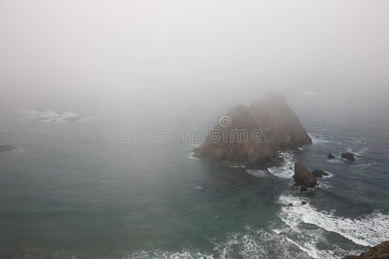 Littoral brumeux images stock