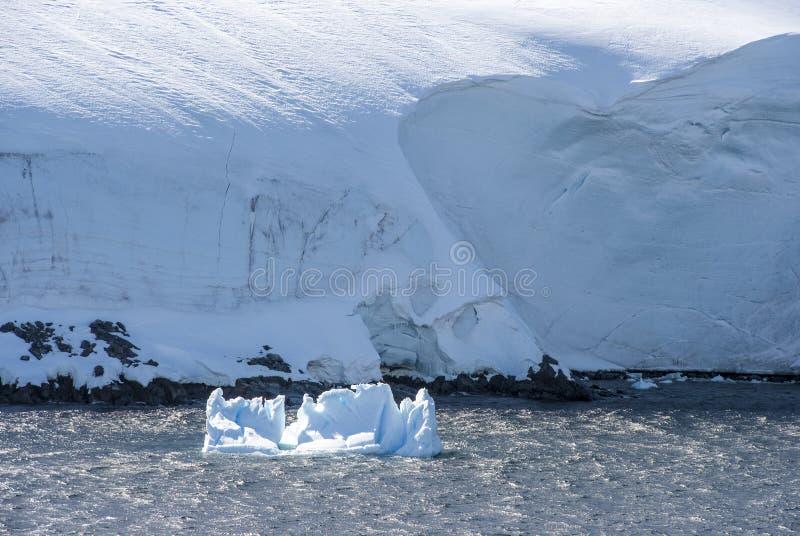 Littoral de l'Antarctique avec des givrages photos libres de droits