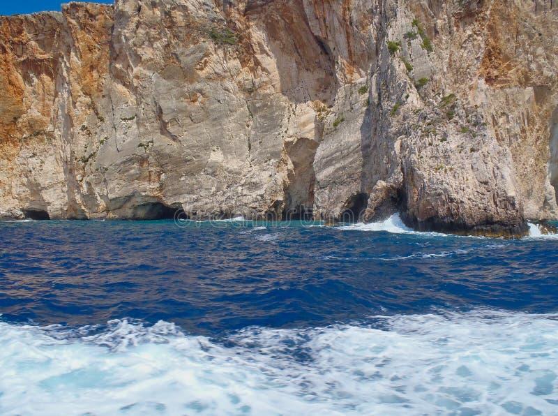 Littoral et cavernes rocailleux, île grecque de Zakynthos, Grèce images stock