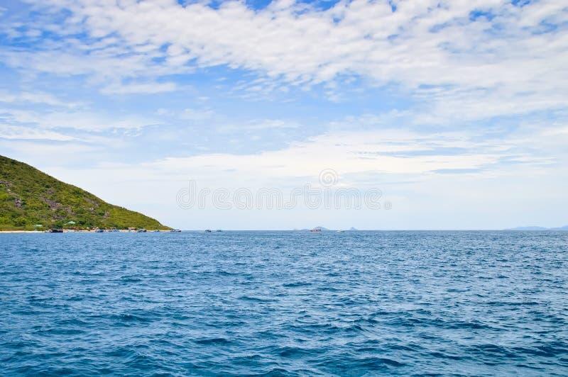 Littoral horizon d'île, mer, petits bateaux de pêche outre de l'île, contre le ciel bleu et les nuages photographie stock libre de droits