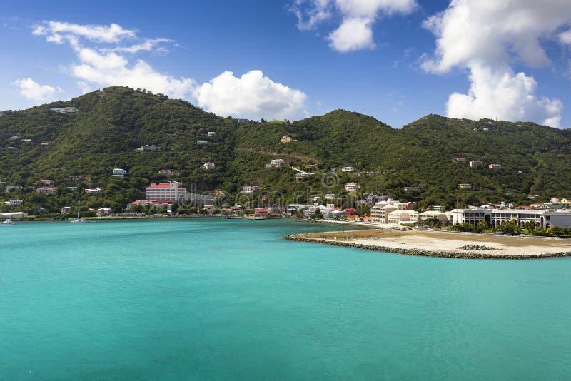 Littoral le long d'une ville de route dans Tortola Mer des Caraïbes images libres de droits
