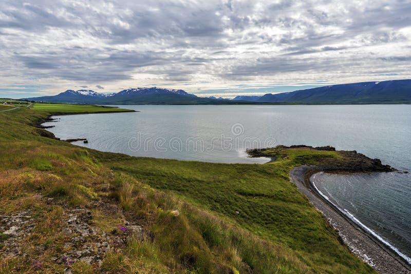 Littoral oriental d'Eyjafjordur comme vu dans le dirrection du sud dans l'approche de la localité de Svalbardseyri dans le nord d photo stock