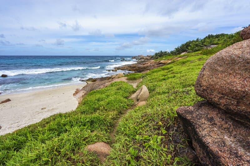 Littoral rocheux approximatif et sauvage au songe d'anse, digue de La, seychell photos libres de droits