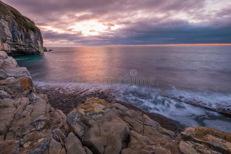 Littoral rocheux de falaise au lever de soleil photographie stock libre de droits