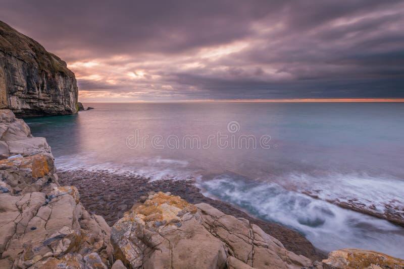 Littoral rocheux de falaises au lever de soleil images libres de droits