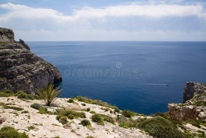 Littoral rocheux de Malte, belle mer bleue photo libre de droits