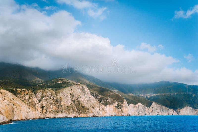 Littoral rocheux pittoresque sur l'île de Kefalonia Paysage étonnant dans la lumière molle avec le cloudscape images libres de droits