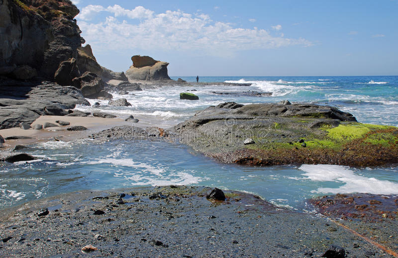 Littoral rocheux près de plage d'Aliso dans le Laguna Beach, la Californie. photographie stock