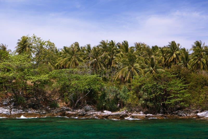 Littoral rocheux sur l'île photo libre de droits
