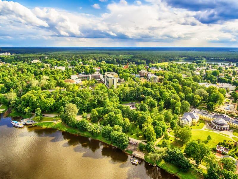 Lituânia, Estados Bálticos: opinião aérea de Druskininkai, uma cidade do UAV dos termas no rio de Nemunas imagens de stock royalty free