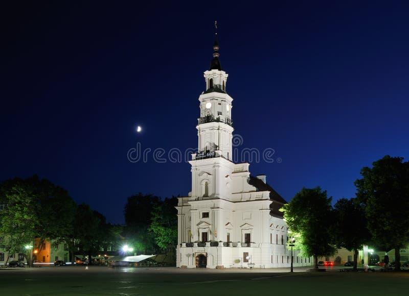 Lituania. Ciudad de Kaunas. Ayuntamiento iluminado foto de archivo