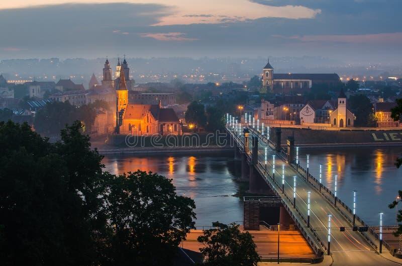 Lituania. Ciudad vieja de Kaunas en la niebla fotos de archivo libres de regalías