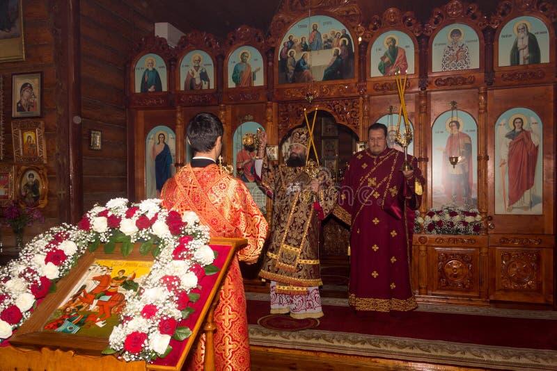 A liturgia divina na igreja ortodoxa com a participação do arcebispo imagens de stock
