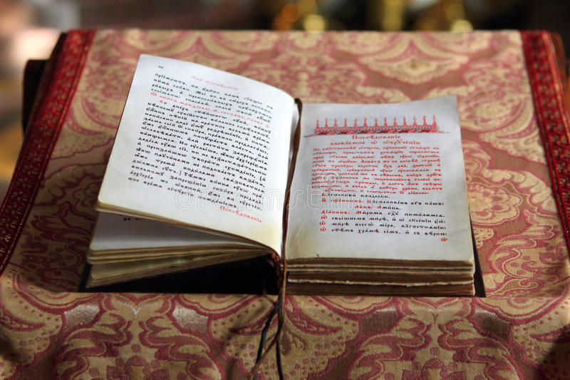 Liturgisk bok på bröstvärnet av predikstolen arkivbild