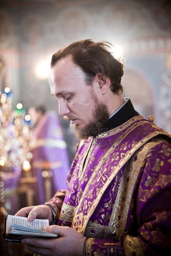 Liturgy ortodosso con il bishop immagini stock
