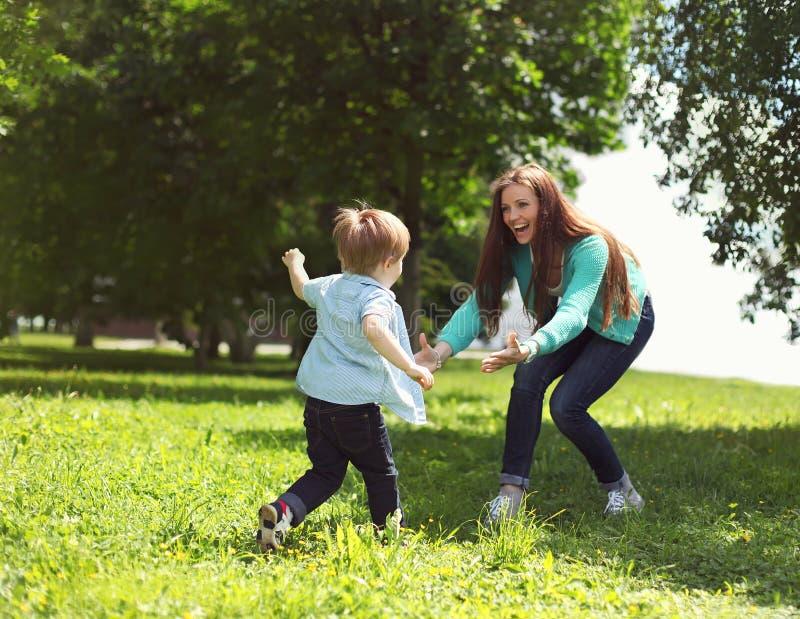Livögonblick av den lyckliga familjen! Spela för moder- och sonbarn royaltyfri foto