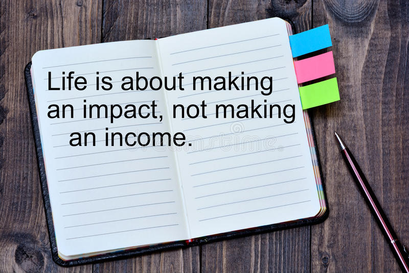 Liv är abot som gör inverkan som inte gör en inkomst på anteckningsboken arkivfoton