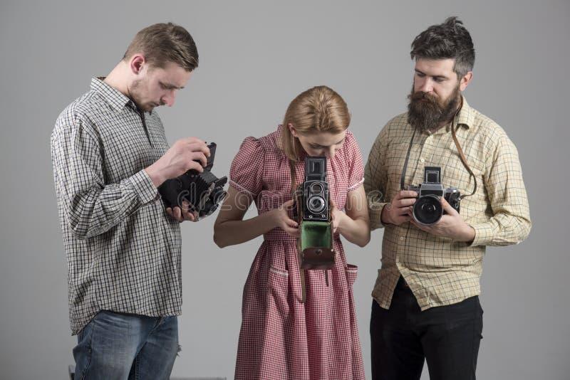 Liv är fullt av härliga ögonblick minns dem 17 objekt Fotografer med gamla kameror för tappning för kalibergrupp för 22 kulor whi royaltyfria bilder